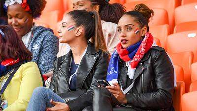 La alegría de las fanáticas, un condimento especial en la fiesta de Francia contra Perú