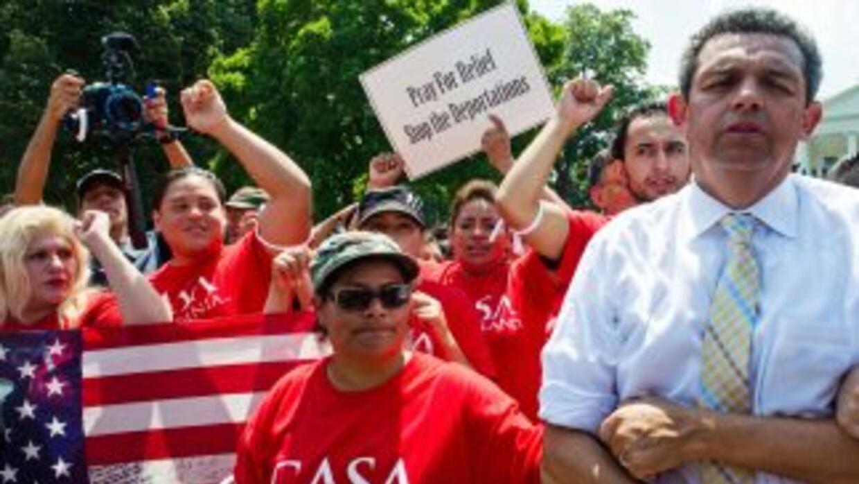 Activistas e inmigrantes indocumentados en todo el país insisten en la n...