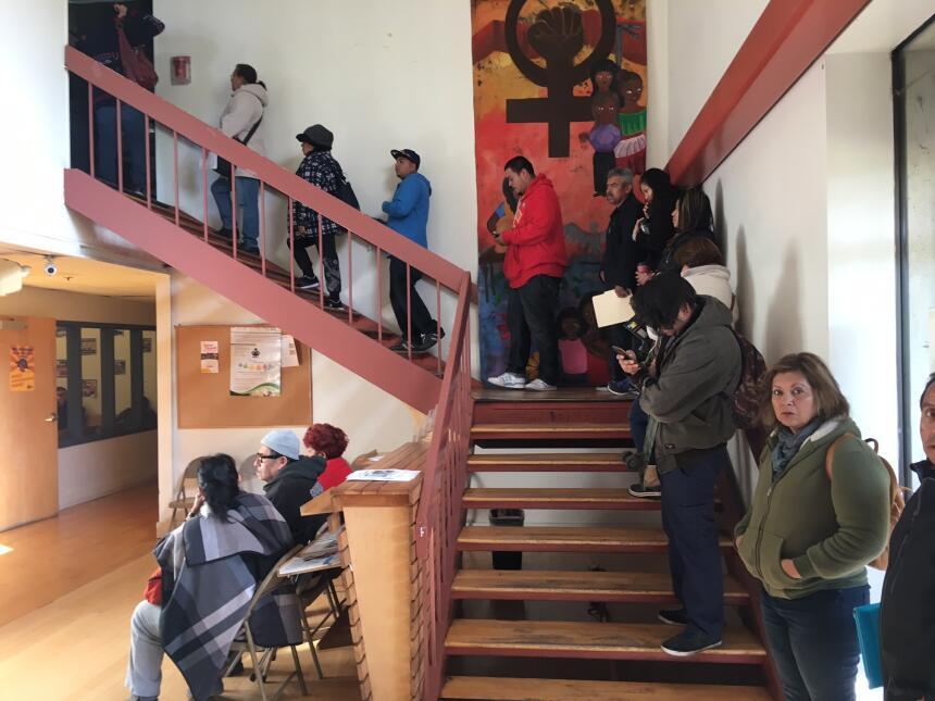En CARECEN la fila ahora suele extenderse hasta el segundo piso de su ed...