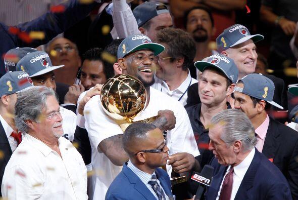 Aquí está LeBron James abrazando el Trofeo Larry O'Brien de campeón de l...