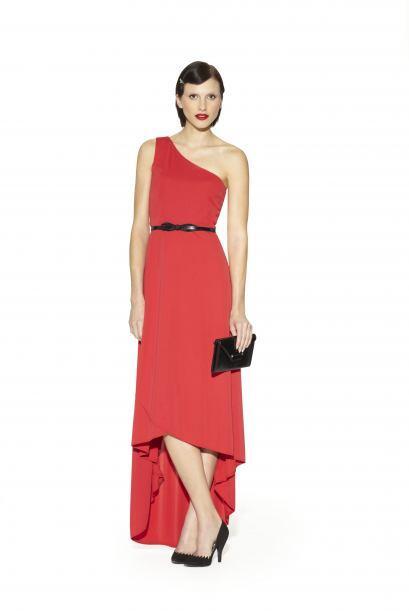 20. Vestido asimétrico rojo con cinturón $89.99Brazalete de cristal plat...