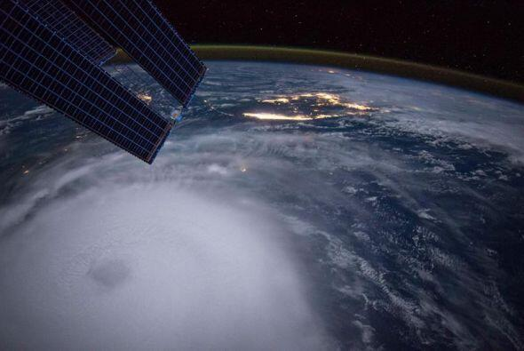 Esta imagen de la NASA deja ver el poder del huracán Joaquín.