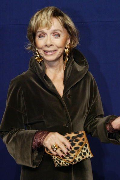 ¡La actriz alemana Monika Peitsch sabe que no hay 'glamour' sin un bolso...