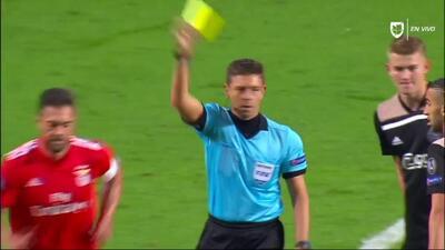 Tarjeta amarilla. El árbitro amonesta a Jardel de Benfica