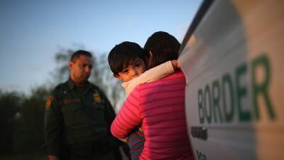 El gobierno de Trump prepara bases militares para enviar a niños migrantes detenidos en la frontera