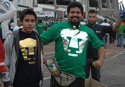 Los aficionados de los campeones Pumas, cambiaron el color azul por el v...