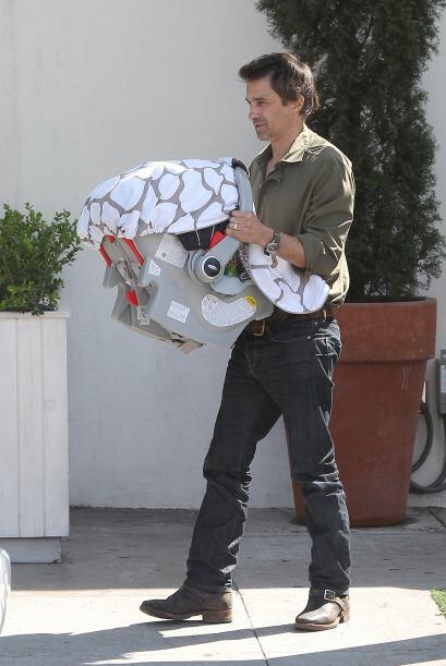 Aquí vemos al feliz papá llevando a su retoño en brazos.Mira aquí los vi...