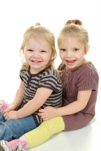 Las pequeñas gemelas de 4 años tenían una actitud muy positiva