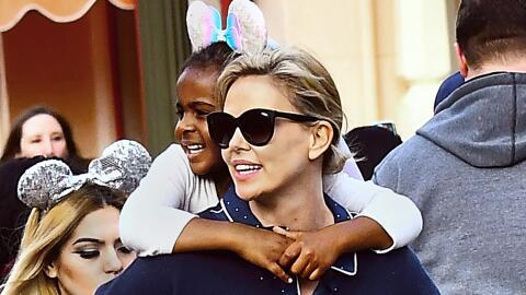 Charlize Theron en Disneyland con sus hijos Jackson y August