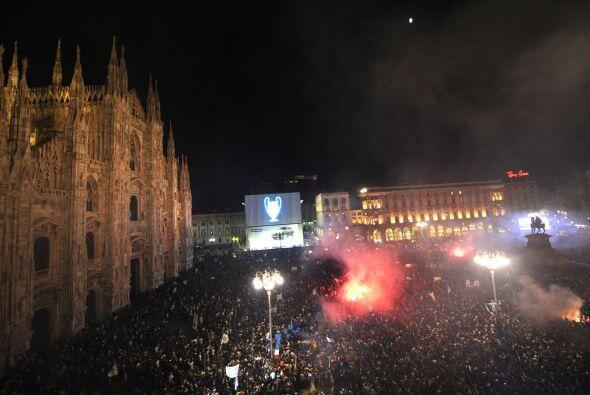 Decenas de miles de aficionados se congregaron en la Piazza Duomo en Mil...
