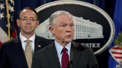 El fiscal general Jeff Sessions, acompañado por el vicefiscal Rod Rosens...
