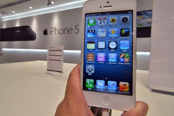 El iPhone 5 salió a la venta el 21 de septiembre de 2012 en Singapur, Sy...