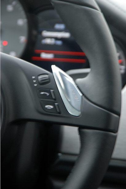 La transmisión se puede operar de manera manual desde las paletas ubicad...