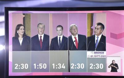 Los cinco candidatos a la presidencia durante el primer debate realizado...