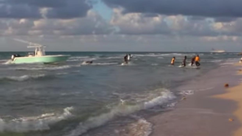 Inmigrantes llegando a la costa en Miami Beach.