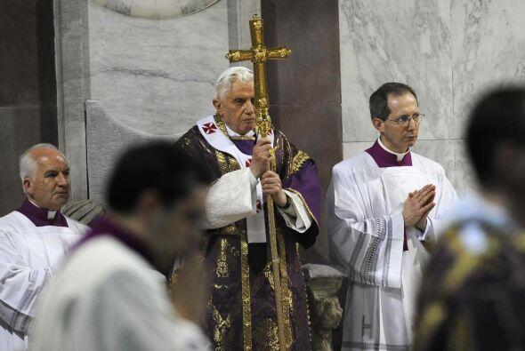 El Papa lució de color morado puesto que es el color litúrgico asociado...