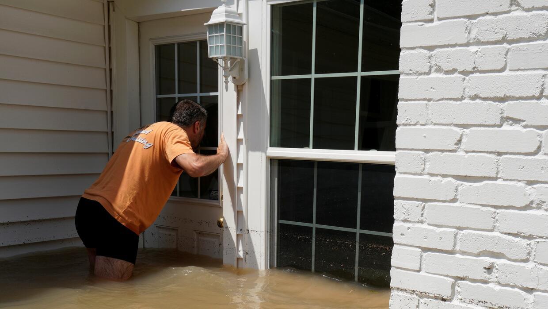 Patrice Laporte, vecino de Houston, llega a su casa que aún est&a...