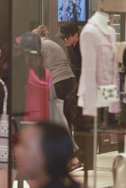 Más fotos de LuisMi de compras con su pareja.Mira aquí los videos más ch...