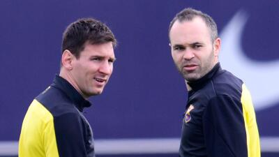 Iniesta ve a Messi titular en el derby