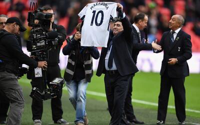 Diego Maradona recibió una camiseta del Tottenham
