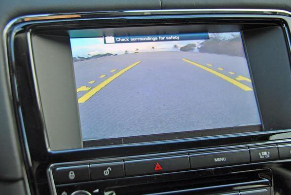 La cámara de reversa es parte del equipamiento normal en un auto como el...