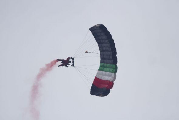 Un soldado se avienta con un paracaídas que representa la bandera de Méx...