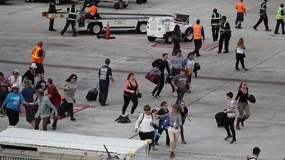 Pasajeros y empleados del aeropuerto de Fort Lauderdale buscan refugio t...