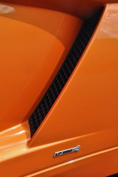 Las entradas de aire laterales sirven para refrigerar los frenos y para...