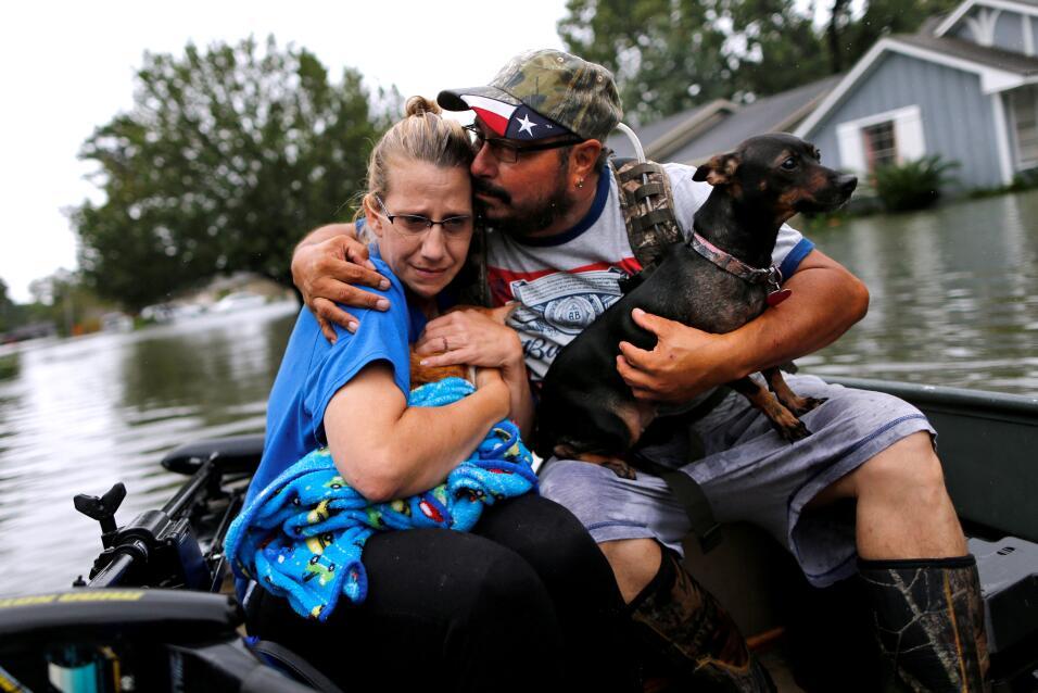 Una familia con su cachorro, rescatados en Orange, texas.