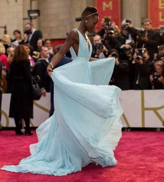 """Lupita Nyng'o con un Prada en azul bebé hecho a medida, el """"look"""" del re..."""