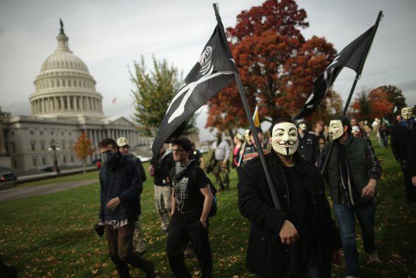 Con la máscara de Fawkes, los manifestantes de la marcha de Washington,...