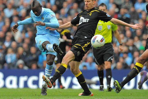 Mario Balotelli fue titular y no paro de generar jugadas.