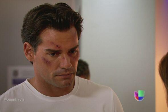 Daniel está en el hospital para hablar con el médico sobre Miriam.