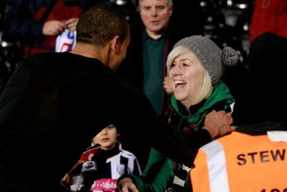 Peter Odemwingie del West Brom le regaló su playera a una fanática a la...