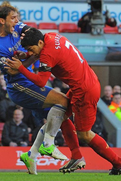 Así como el castigo de 10 partidos por morder al jugador de Chelsea Bran...