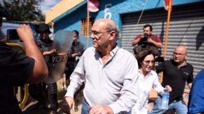 Policía de Nicaragua golpea a periodistas que protestaban por los allanamientos a un medio crítico con Ortega