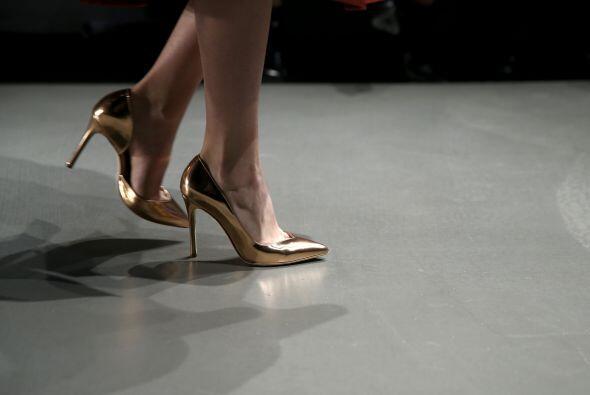 Las zapatillas en color dorado serán tu mejor aliado.