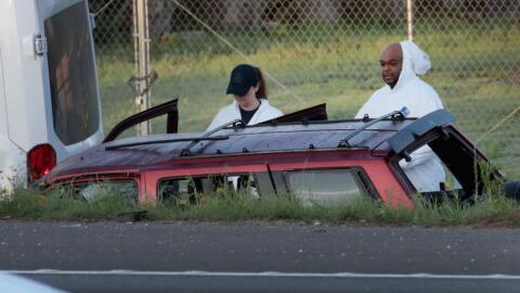 Funcionarios policiales trabajan en el auto donde el sospechoso activ&oa...