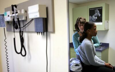 Una paciente se atiende en Codman Square Health Center, en Dorchester, M...