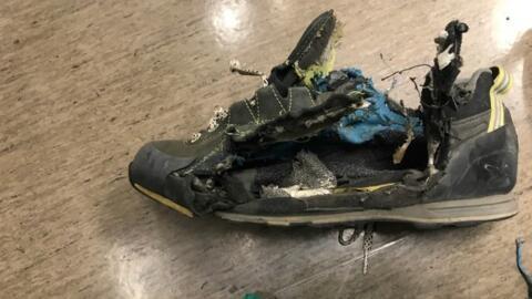 Así quedó el zapato del hombre que fue impactado por un ra...