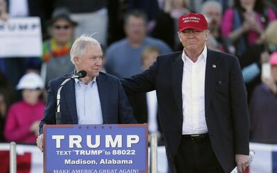 Jeff Sessions (i), junto a Donald Trump.