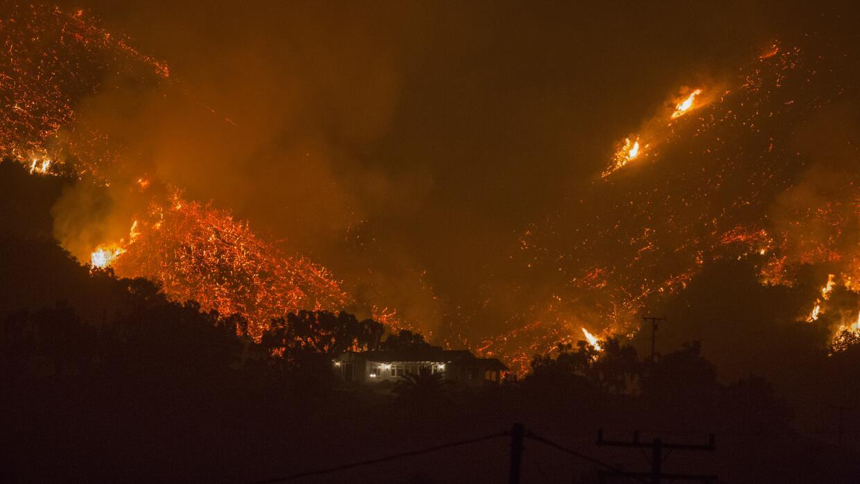 El fuego Thomas ha destruido unas 800 edificaciones en dos condados del...
