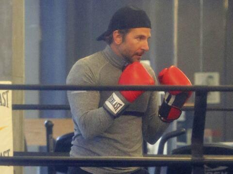 Mira al galán de Hollywood mostrando sus habilidades, entrenando...