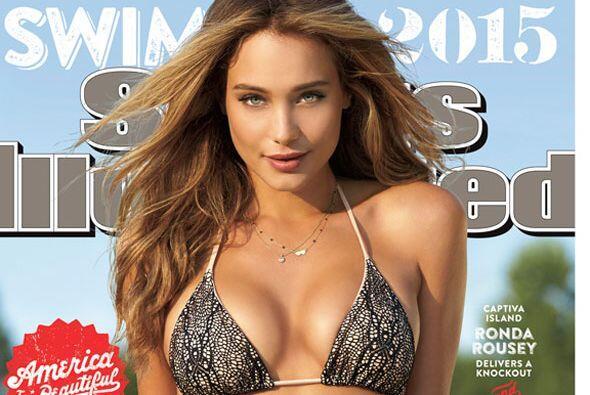 La supermodelo de 24 años aparece casi desnuda en la portada de la publi...