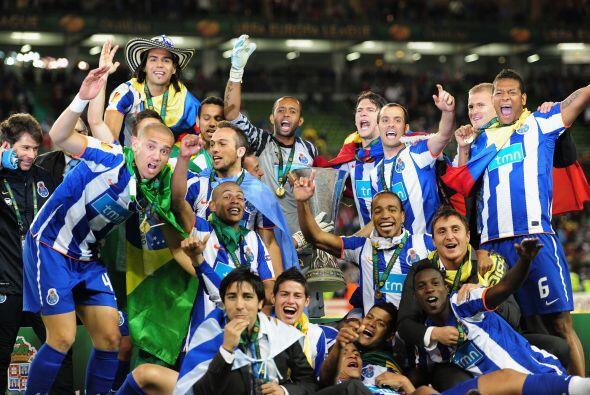 Después, pasaron al campo a tomarse la foto oficial del campeón.