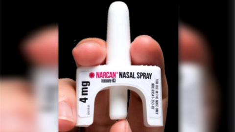 El atomizador nasal contiene naxolona para revertir los efectos de la he...