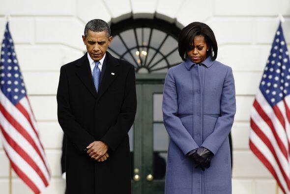 Acompañado por la primera dama Michelle Obama y miembros del personal de...