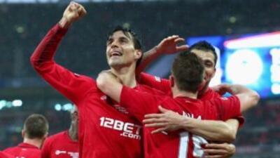 Paul Scharner celebra el gol de su compañero Callum McManama.