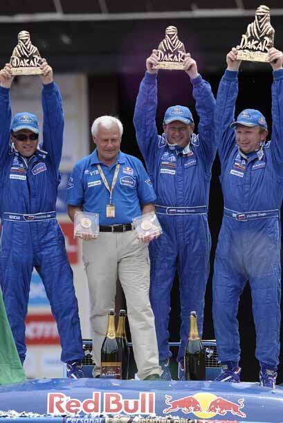 El otro campeón del Rally Dakar 2011 fue el ruso Vladimir Chagin (der.)...