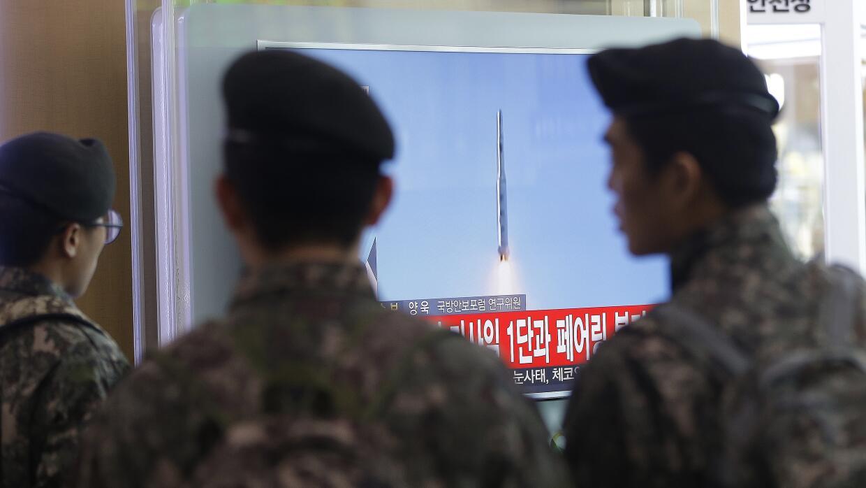 Soldados de Corea del Sur observando el lanzamiento en TV